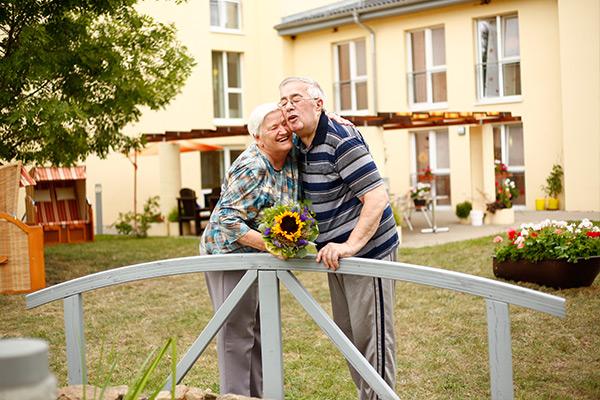 Ein Paar vor dem Seniorenzentrum